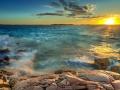 Solnedgång över blåsigt hav